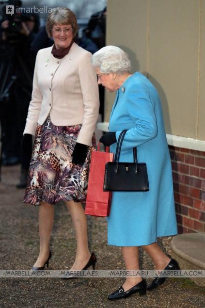 Té y tarta, señora? La reina de Inglaterra realiza su visita anual al Instituto de la Mujer