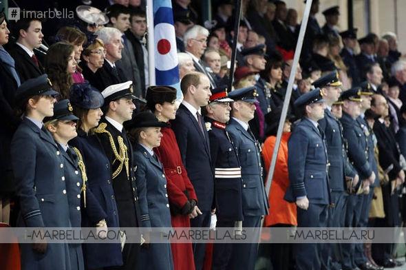 La duquesa de Cambridge deslumbra de Rojo en el desfile RAF con el Príncipe William